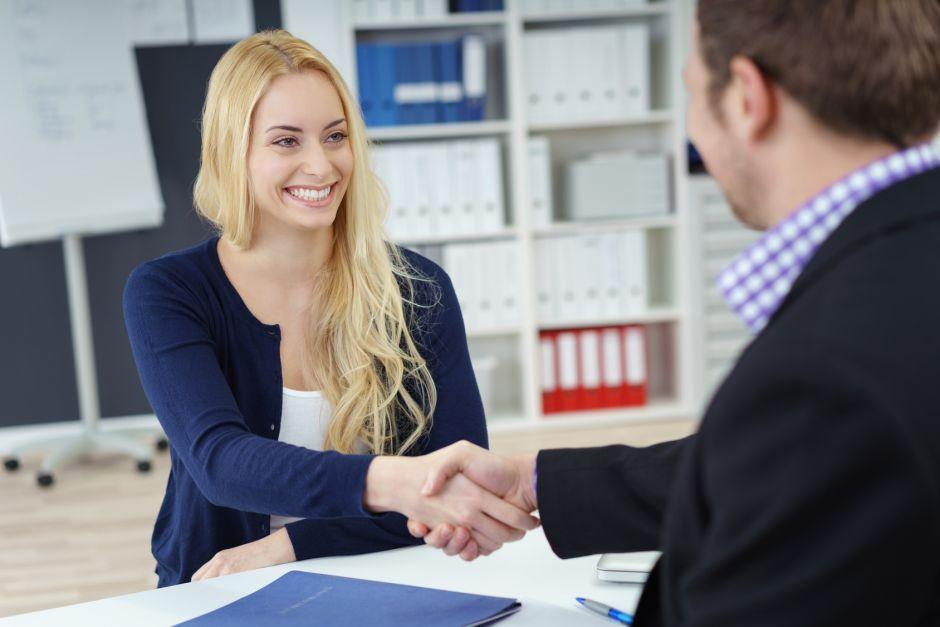 handschlag nach dem erfolgreichen bewerbungsgespräch